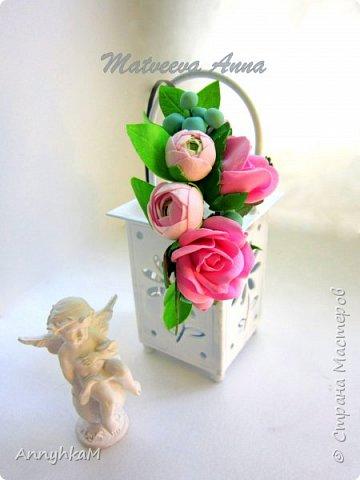Здравствуйте, мои дорогие мастера! Решилась снова показать плоды моего цветоделия. Корзиночка с ранункулюсами, розами и снежноягодником уехала в Сочи. фото 5