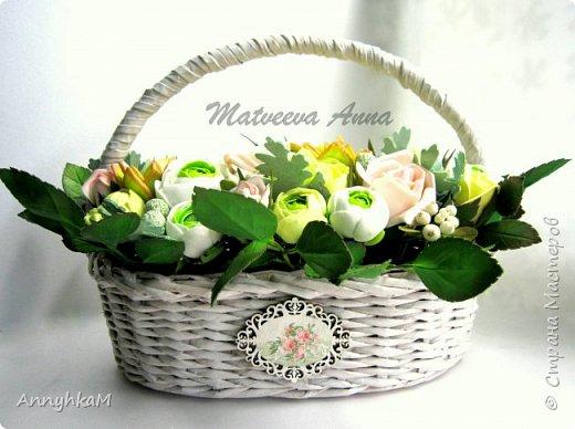 Здравствуйте, мои дорогие мастера! Решилась снова показать плоды моего цветоделия. Корзиночка с ранункулюсами, розами и снежноягодником уехала в Сочи. фото 1