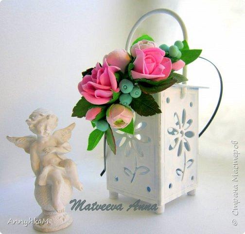 Здравствуйте, мои дорогие мастера! Решилась снова показать плоды моего цветоделия. Корзиночка с ранункулюсами, розами и снежноягодником уехала в Сочи. фото 6