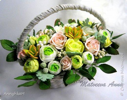 Здравствуйте, мои дорогие мастера! Решилась снова показать плоды моего цветоделия. Корзиночка с ранункулюсами, розами и снежноягодником уехала в Сочи. фото 2