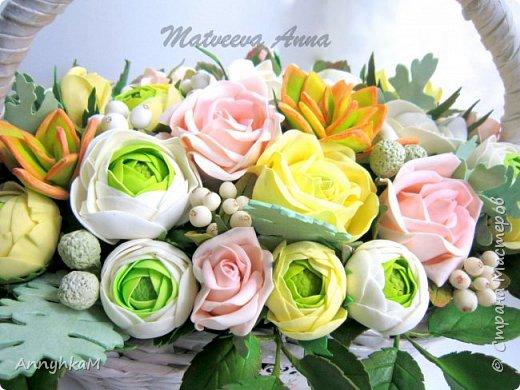 Здравствуйте, мои дорогие мастера! Решилась снова показать плоды моего цветоделия. Корзиночка с ранункулюсами, розами и снежноягодником уехала в Сочи. фото 3