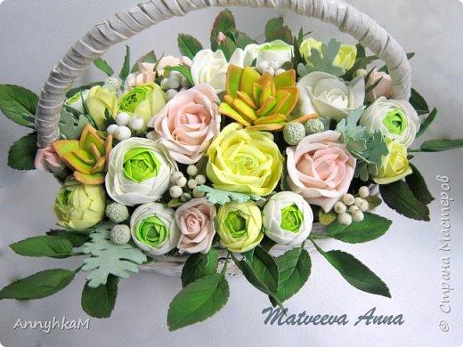 Здравствуйте, мои дорогие мастера! Решилась снова показать плоды моего цветоделия. Корзиночка с ранункулюсами, розами и снежноягодником уехала в Сочи. фото 4