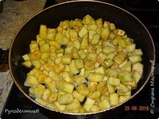 Всем добрый вечер. Угощаю вас простым, но вкусным блюдом. Это жареные баклажаны с яйцом. Рецепт как раз сейчас актуален. фото 6