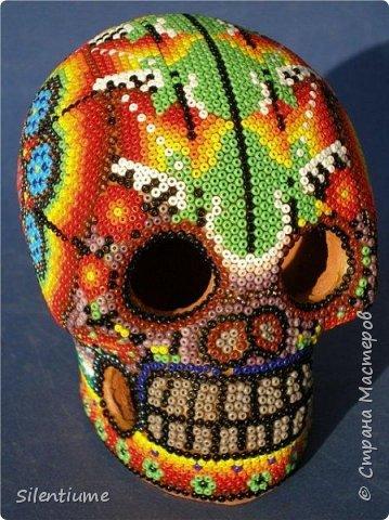 Всем - здравствуйте! Сначала - немного истории и пояснений (взято из интернетовских источников). Уичоли - это племя мексиканских индейцев, проживающих сегодня в отдаленных деревушках, находящихся на откосах горных хребтов Западной Сьерра-Мадре. Численность не более 16 тыс. человек. Занимаются земледелием и животноводством, а еще ручным ткачеством и крашением ниток, вышивкой, в том числе бисером, а также узорным плетением. Многие работают по найму на плантациях, а торговля художественными изделиями пополняет их доходы в городах.Они называют себя висрарика, что переводится как «люди, живущие в местах с колючими растениями».  Каждый год уичоли совершают паломничество в Вирикуту в поисках священного растения - кактуса пейоте. Когда путешественники возвращаются домой, шаманы начинают проводить священные церемонии. Пейоте считается лечебным средством и оберегом, во многих домах изображения кактуса охраняют мир и благополучие своих хозяев. Для шаманов священный кактус - это проводник в мир духов, открывающий путь к запредельным знаниям и великой мудрости. Горьковатый сок стебля и корня пейоте содержит алкалоиды, которые вызывают звуковые и зрительные цветные галлюцинации. До 1968 года пейот продавался в специализированных магазинах Мексики, а затем указом президента был запрещен к вывозу из штата Сан-Луис-Потоси как нелегальный наркотик и редкий, вымирающий вид лекарственных растений. Нарушение этого указа карается в стране тюремным заключением сроком от пяти до семи лет. Их называют «племенем художников». Формы художественного выражения уичолей отражают их религиозные верования. Они изготавливают картины в стиле nierika. Эти картины выполняются из шерстяной пряжи, одновременно они являются и предметом прикладного искусства, изготавливаемым на продажу, и религиозным объектом. Ньерика является проводником в мир духов. Она называется зеркалом с двумя лицами, потому как рисунки двухстронние. Отверстие в середине — магический «глаз», через который человек и боги могут видеть д