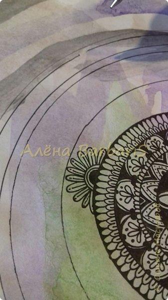 """Здравствуйте жители Страны Мастеров )  Я решилась на свой первый мастер-класс. Хочу поделиться с вами техникой Зентангл, так называемая Арт-терапия. Данная техника рисования возникла не так давно, а ее авторами являются художница Мария Томас и монах Рик Робертс. Именно они обнаружили медитативный эффект от рисования узоров и решили разработать систему, которая помогла бы всем желающим получить такой же опыт и добиться релаксации во время создания изображений. Сегодня мы с вами будем рисовать вот такую мандалу.  Для этого нам понадобится бумага (любая), черная гелевая ручка, можно взять циркуль, чтобы были ровные круги, можно пользоваться как я, подручными материалами, контейнер, свечка, блюдце. Мне просто не очень нравится от циркуля посередине дырочка образовывается, если много кругов рисовать. Можно брать и цветную бумагу и простую белую, я взяла """"рисунки"""" своей дочечки (акваельными красками)  Поехали!))  фото 31"""
