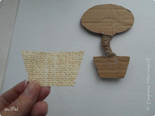 Здравствуйте жители и посетители страны мастеров!!!!!!!!!!!Хочу рассказать и показать как я делаю магниты - топиарии! Это не сложно!!!! Для этого понадобится: плотный картон,клей пва,лак,верёвки,цветочки,листочки всевозможные,обои,ракушки,морской песок, либо крупа,арбузные косточки..... фото 6