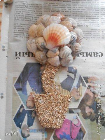 Здравствуйте жители и посетители страны мастеров!!!!!!!!!!!Хочу рассказать и показать как я делаю магниты - топиарии! Это не сложно!!!! Для этого понадобится: плотный картон,клей пва,лак,верёвки,цветочки,листочки всевозможные,обои,ракушки,морской песок, либо крупа,арбузные косточки..... фото 14