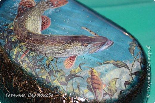 """Приветствую всех!  Вот что подарить рыбаку?.. удочки, поплавки, крючки... А если Вы в этом не разбираетесь? Да к тому же у рыбака давно всё это есть?.. Тогда нужно подарить подарок на рыбацкую тему, сделаный своими руками, и лучше с ноткой юмора.  Каждый рыбак мечтает поймать самую-самую рыбу. И у каждого рыбака """"рыба мечты"""" своя. Наш рыбак любит ловить щуку. Хочет поймать большууущую-большуууущую! Желательно, исполняющую желания =) А чтобы её поймать, нужны кое-какие знания и удача. Поэтому будем дарить """"Энциклопедию удачной рыбалки"""", вот такую:  фото 5"""