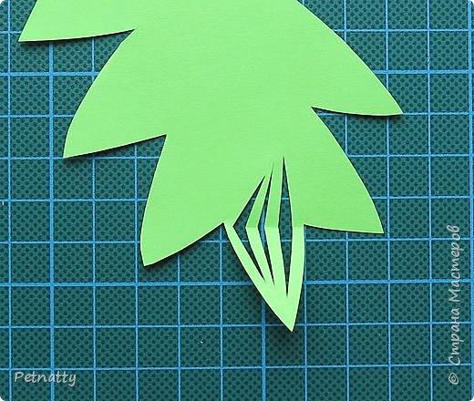 Такие листочки вырезать довольно просто, справятся и дети. Можно использовать при украшении класса. фото 4
