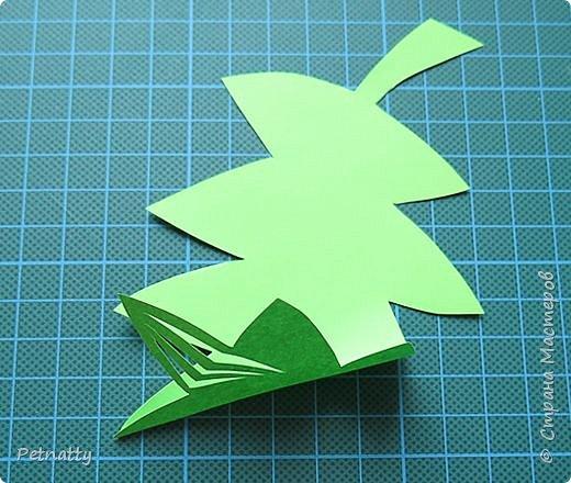 Такие листочки вырезать довольно просто, справятся и дети. Можно использовать при украшении класса. фото 5
