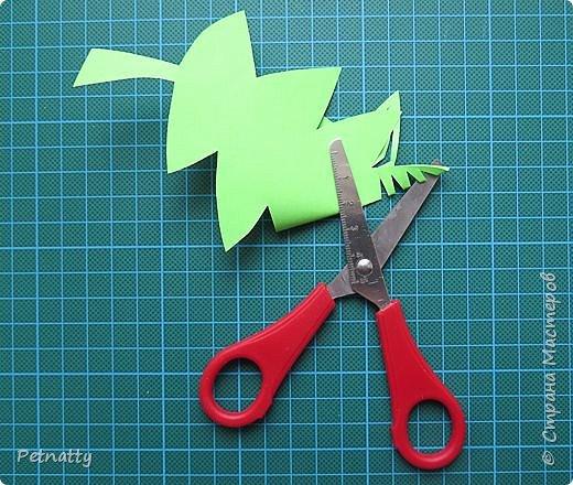 Такие листочки вырезать довольно просто, справятся и дети. Можно использовать при украшении класса. фото 6