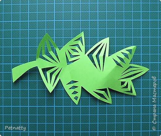 Такие листочки вырезать довольно просто, справятся и дети. Можно использовать при украшении класса. фото 8