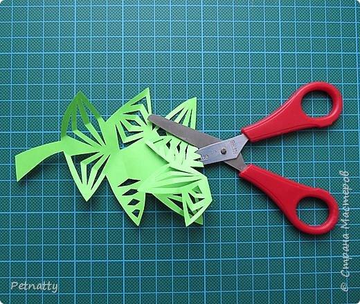 Такие листочки вырезать довольно просто, справятся и дети. Можно использовать при украшении класса. фото 9