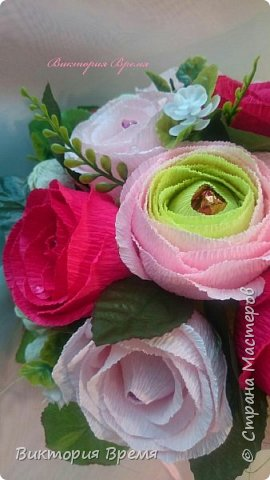 Использовала новую технику создания розы. Я думаю, к лучшему. Розы стали немного живее. А кто нибудь заметил? Не помню как назывались конфеты,  с расстройства забыла. Букет делала на заказ, но его передумали выкупать. Вот такой у меня сегодня день. Но букет меня радует,  не знаю только долго ли пролежит.  фото 3