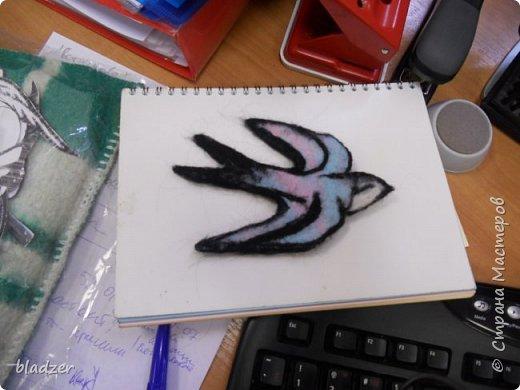 """Серия """"Птички"""" - они рельефные, одна сторона плоская, крепятся на стену. Принцип простой - распечатывается картинка, вырезается по контуру, лист с прорезью накладывается на основу 9в моем случае это обрезок шерстяного одеяла). Шерстью набивается сначала фоновый цвет, лишняя ткань обрезается. Потом набиваются крупные цветовые пятна, потом мелкие детали. Птичка-мультяшка. Распечатка из раскраски. фото 5"""