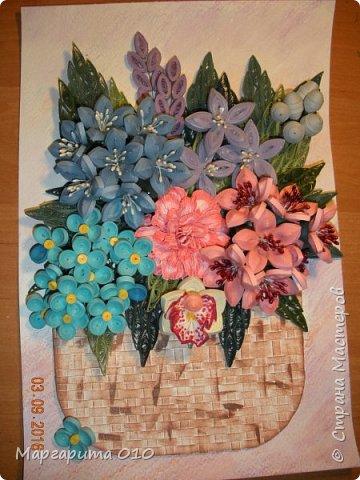 """Измененная композиция. Фон размытые акварельные карандаши. Формат 30 х 20. Бумажные полосы 3 мм. Корзиночка """"прочпокана""""  штемпельной подушечкой. Колокольчики по МК Л. Засадной; орхидея, шишечки, голубые цветочки от А. Бертовой. Огромное спасибо таким великим мастерицам и за их подробный МК. фото 6"""