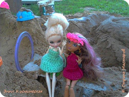 Привет  СМ! Меня давно здесь не было. Но все же решила выйти в любимою кукольную жизнь. Этот блог я выкладываю вместе с Кедра - лесная фея и Арзу - городская модница.. Мы друзья и живем на одной улице. На Эппл вязанное платье зелёного цвета, а у кедры - бардовое. Ну, ладно, хватит болтать, давайте смотреть! фото 1