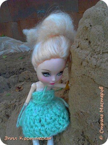 Привет  СМ! Меня давно здесь не было. Но все же решила выйти в любимою кукольную жизнь. Этот блог я выкладываю вместе с Кедра - лесная фея и Арзу - городская модница.. Мы друзья и живем на одной улице. На Эппл вязанное платье зелёного цвета, а у кедры - бардовое. Ну, ладно, хватит болтать, давайте смотреть! фото 6