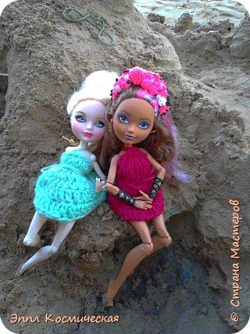 Привет  СМ! Меня давно здесь не было. Но все же решила выйти в любимою кукольную жизнь. Этот блог я выкладываю вместе с Кедра - лесная фея и Арзу - городская модница.. Мы друзья и живем на одной улице. На Эппл вязанное платье зелёного цвета, а у кедры - бардовое. Ну, ладно, хватит болтать, давайте смотреть! фото 8