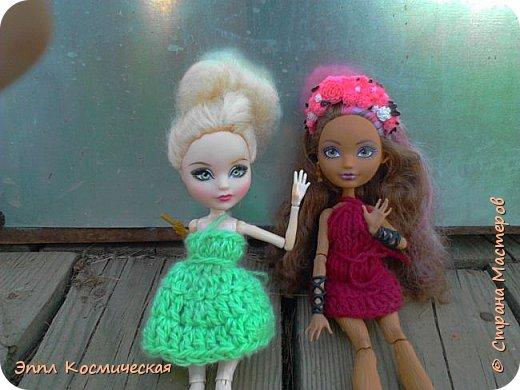 Привет  СМ! Меня давно здесь не было. Но все же решила выйти в любимою кукольную жизнь. Этот блог я выкладываю вместе с Кедра - лесная фея и Арзу - городская модница.. Мы друзья и живем на одной улице. На Эппл вязанное платье зелёного цвета, а у кедры - бардовое. Ну, ладно, хватит болтать, давайте смотреть! фото 9