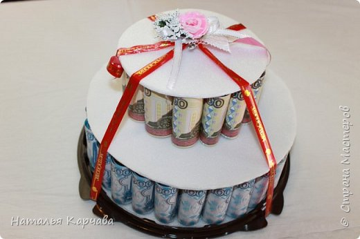 Добрый день, страна мастеров. Думаю ни кого не удивлю денежным тортиком, но хотела просто показать, какой получился у меня подарочек для крестницы. Это скорее упаковка для подарочка, в нижнем отделе положила резиночки и заколочки в стиле канзаши, которые сделала в подарок моей любимой крестницы, ей исполнилось 10 лет, а в вернем отделе положила деньги, думаю она сама решит на что их потратить.  фото 2