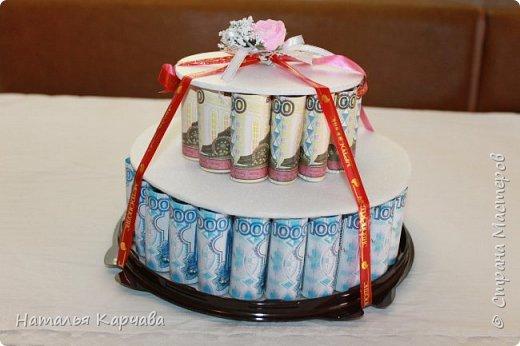 Добрый день, страна мастеров. Думаю ни кого не удивлю денежным тортиком, но хотела просто показать, какой получился у меня подарочек для крестницы. Это скорее упаковка для подарочка, в нижнем отделе положила резиночки и заколочки в стиле канзаши, которые сделала в подарок моей любимой крестницы, ей исполнилось 10 лет, а в вернем отделе положила деньги, думаю она сама решит на что их потратить.  фото 1
