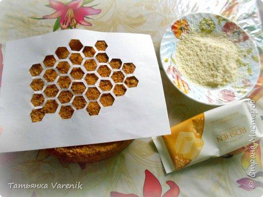 Рецепт медовика взяла от сюда: https://www.youtube.com/watch?v=qyNJt9TeLOA  Тортик задумали украсить пчёлками=))))правда получились шершни какие-то=)))) фото 4