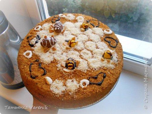 Рецепт медовика взяла от сюда: https://www.youtube.com/watch?v=qyNJt9TeLOA  Тортик задумали украсить пчёлками=))))правда получились шершни какие-то=)))) фото 2
