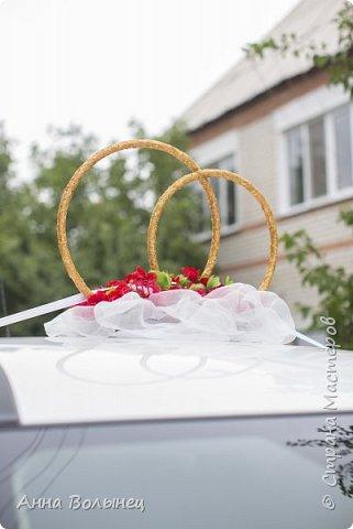 Вот такое наше свадебное авто. Сердце из пенопласта обтянуто тканью, декорировано розами из атласных лент. На нем наши с мужем инициалы, которые я вышила полубусинами на нитке.  фото 3