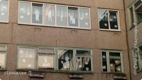 Хочу поделиться идеей, как мы украшаем окна школы к различным праздникам. Вот такие окна встретили ребят 1 сентября. К сожалению стекла сильно бликуют и более менее фото получились только вечером фото 7