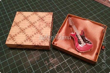 Добрый день! В этом МК я расскажу, как делала небольшие коробочки для флешек (в подарок музыкантам). Одна коробочка для гитариста, вторая для певицы. фото 8