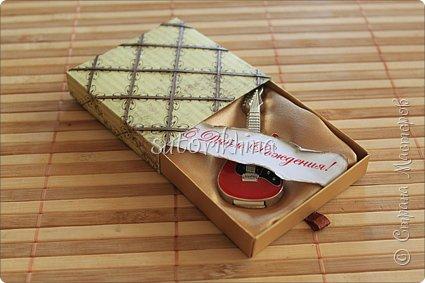 Добрый день! В этом МК я расскажу, как делала небольшие коробочки для флешек (в подарок музыкантам). Одна коробочка для гитариста, вторая для певицы. фото 10