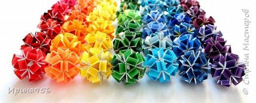 Многогранники Snapology. Snapology - это техника складывания фигур оригами, придумал которую Хайнц Штробл (Heinz Strobl). Техника заключается в том, что многочисленные полосы бумаги сворачиваются в модули, и модули соединяются такими же полосками, образуя разнообразные многогранники. Сборка без клея. МК есть здесь - http://stranamasterov.ru/node/87191 и здесь http://kusuda.ru/kusudamas/snapologiyasnapology (с видео). Больше всего мне нравится такой размер: 20 модулей 1х6 см и 30 модулей 1х4 см. Размер готового многогранника - около 4 см. фото 4