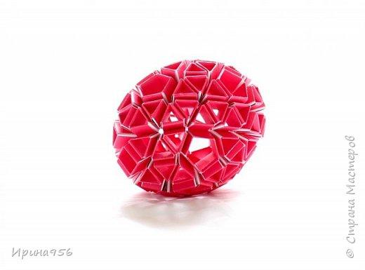 Многогранники Snapology. Snapology - это техника складывания фигур оригами, придумал которую Хайнц Штробл (Heinz Strobl). Техника заключается в том, что многочисленные полосы бумаги сворачиваются в модули, и модули соединяются такими же полосками, образуя разнообразные многогранники. Сборка без клея. МК есть здесь - http://stranamasterov.ru/node/87191 и здесь http://kusuda.ru/kusudamas/snapologiyasnapology (с видео). Больше всего мне нравится такой размер: 20 модулей 1х6 см и 30 модулей 1х4 см. Размер готового многогранника - около 4 см. фото 7