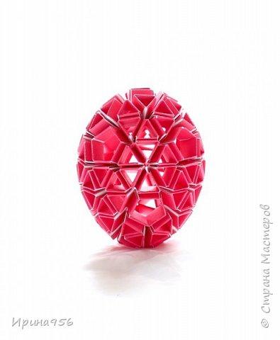 Многогранники Snapology. Snapology - это техника складывания фигур оригами, придумал которую Хайнц Штробл (Heinz Strobl). Техника заключается в том, что многочисленные полосы бумаги сворачиваются в модули, и модули соединяются такими же полосками, образуя разнообразные многогранники. Сборка без клея. МК есть здесь - http://stranamasterov.ru/node/87191 и здесь http://kusuda.ru/kusudamas/snapologiyasnapology (с видео). Больше всего мне нравится такой размер: 20 модулей 1х6 см и 30 модулей 1х4 см. Размер готового многогранника - около 4 см. фото 8