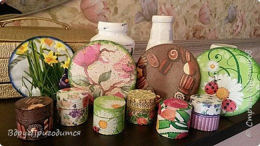 Здравствуйте, соседи! Хочу показать вам свои вазочки-баночки-бутылочки и еще немного всякой всячины. Готовила их, по традиции, на благотворительную ярмарку - для веточек вербы. Не все любят большие букеты, вот для малюсек такие емкости вполне удобны. фото 7