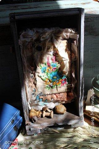 Больше всего понравилось декорировать деревянные ящики. Этот ящик я нашла у себя на даче,  и долго не решалась взять его. Вот такая получилась интерьерная композиция,  которая весит над столом в мастерской.   фото 2