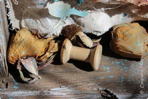 Больше всего понравилось декорировать деревянные ящики. Этот ящик я нашла у себя на даче,  и долго не решалась взять его. Вот такая получилась интерьерная композиция,  которая весит над столом в мастерской.   фото 4
