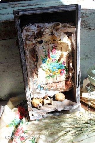 Больше всего понравилось декорировать деревянные ящики. Этот ящик я нашла у себя на даче,  и долго не решалась взять его. Вот такая получилась интерьерная композиция,  которая весит над столом в мастерской.   фото 1
