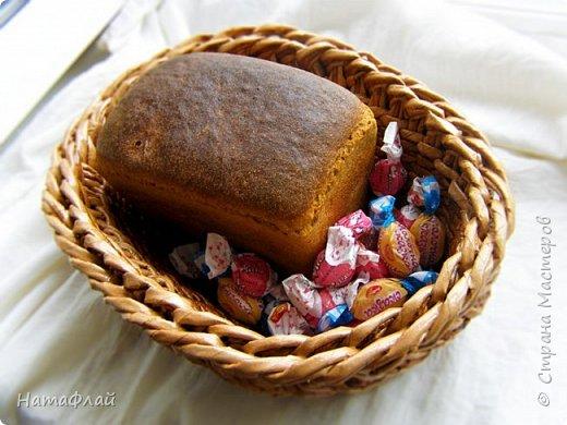 """Вот, сплелась такая себе хлебница-конфетница-сухарница. Проба овального дна и объёмной загибки. Трубочки - газета с текстом и газетный край. Крашены морилками разведённый """"Дуб"""" с уксусом и тёмная (названия не знаю) тоже с уксусом. Спасибо мастерицам поделившимся этим способом окрашивания трубочек морилками. Крашеные с уксусом трубочки действительно более прочные и пластичные, мне понравилось работать таким материалом. фото 1"""
