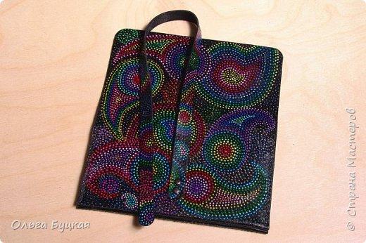 """Приветствую всех заглянувших! :) Хочу показать первую мою сумочку из кожи, расписанную в технике точечной роспись, со стилизацией под """"турецкие огурцы"""" фото 4"""