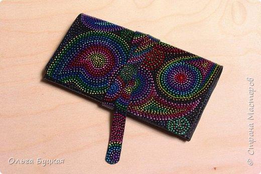 """Приветствую всех заглянувших! :) Хочу показать первую мою сумочку из кожи, расписанную в технике точечной роспись, со стилизацией под """"турецкие огурцы"""" фото 3"""