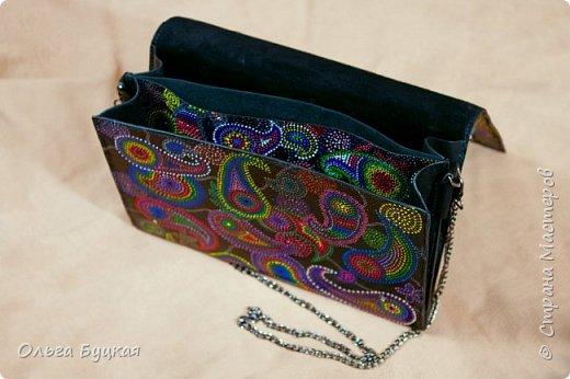 """Приветствую всех заглянувших! :) Хочу показать первую мою сумочку из кожи, расписанную в технике точечной роспись, со стилизацией под """"турецкие огурцы"""" фото 2"""