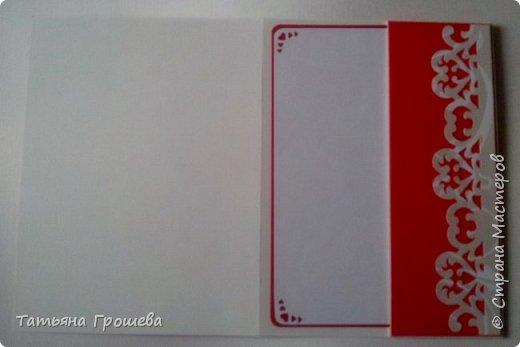 Сделала очередную свадебную открытку, на этот раз красно-белую. Для близкой подруги моей дочери, которая вышла замуж в минувшие выходные. Свадьба была оформлена в красно-белых тонах, потому и открытка в таком же сочетании. Первые фотографии (ночные) получились не совсем четкие, но на них хорошо виден объем квиллингового орнамента.  фото 2