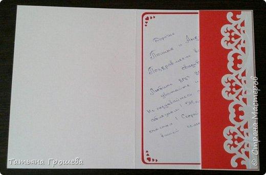 Сделала очередную свадебную открытку, на этот раз красно-белую. Для близкой подруги моей дочери, которая вышла замуж в минувшие выходные. Свадьба была оформлена в красно-белых тонах, потому и открытка в таком же сочетании. Первые фотографии (ночные) получились не совсем четкие, но на них хорошо виден объем квиллингового орнамента.  фото 5