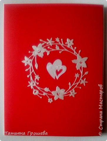 Сделала очередную свадебную открытку, на этот раз красно-белую. Для близкой подруги моей дочери, которая вышла замуж в минувшие выходные. Свадьба была оформлена в красно-белых тонах, потому и открытка в таком же сочетании. Первые фотографии (ночные) получились не совсем четкие, но на них хорошо виден объем квиллингового орнамента.  фото 3