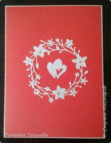 Сделала очередную свадебную открытку, на этот раз красно-белую. Для близкой подруги моей дочери, которая вышла замуж в минувшие выходные. Свадьба была оформлена в красно-белых тонах, потому и открытка в таком же сочетании. Первые фотографии (ночные) получились не совсем четкие, но на них хорошо виден объем квиллингового орнамента.  фото 6