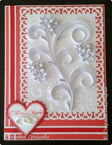 Сделала очередную свадебную открытку, на этот раз красно-белую. Для близкой подруги моей дочери, которая вышла замуж в минувшие выходные. Свадьба была оформлена в красно-белых тонах, потому и открытка в таком же сочетании. Первые фотографии (ночные) получились не совсем четкие, но на них хорошо виден объем квиллингового орнамента.  фото 4
