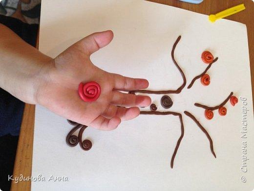 Захотелось с сыночком сделать вот такое вот осеннее дерево из скрученных колбасок! Одновременно и просто для ребенка и как-то сказочно красиво! Потом можно вставить в рамочку и повесить на стенку!  фото 3