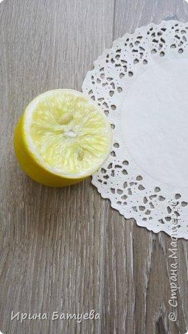 Здравствуйте, дорогие мастера и мастерицы! Насмотревшись на лимончик Инны Голубевой, я решила попробовать сделать этот цитрус. У меня он выполнен в другом разрезе. Постараюсь выложить МК на него, в процессе изготовления не избежала ошибок, о которых расскажу обязательно! Как не надо делать... ))))). Ну а если вкратце внутри лимона - фольга ( это очень экономит глину и облегчает вес готового изделия), сверху тонкий слой эпоксидной смолы. Полимерная глина использована тайская Modern clay (синяя этикетка), то есть самый обычный ХФ. Косточки тоже из нее. фото 4